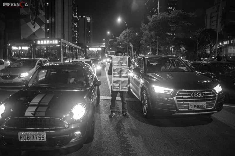 Secundarista segura faixa entre os carros