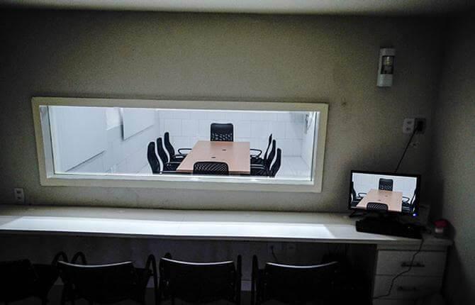 Exemplo de sala espelho, utilizada para pesquisa eleitoral qualitativa