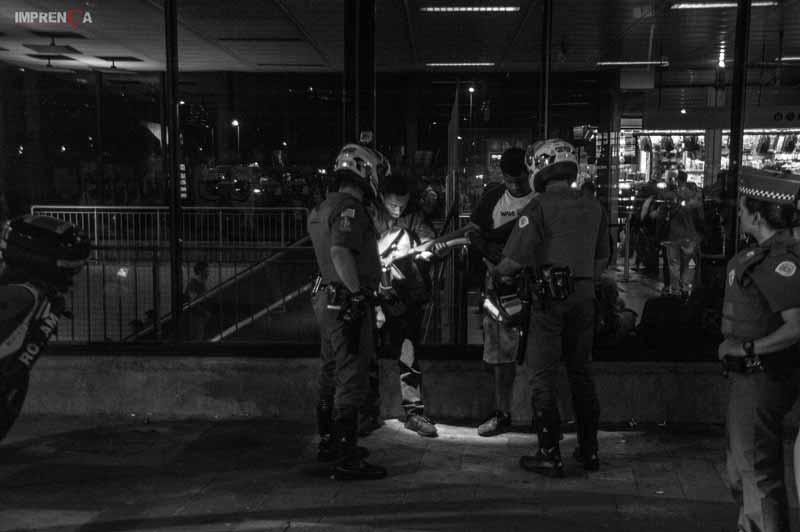 PMs discutem com manifestantes na porta do metrô