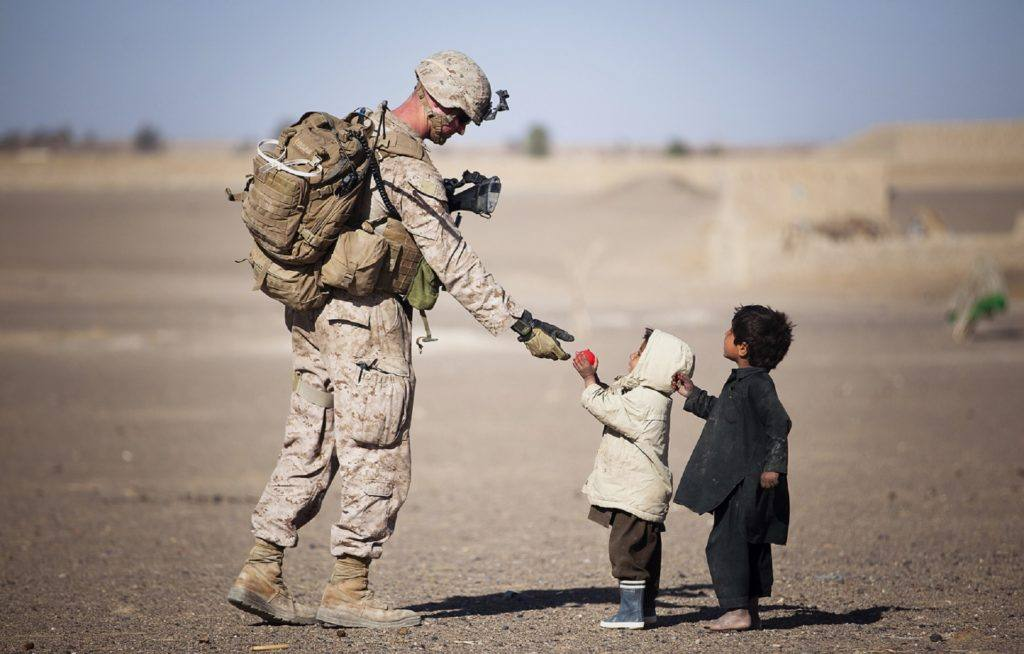Soldado brinca com crianças